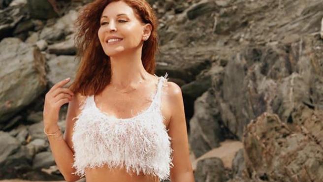 Imagen de Amparo Grisales posando en bikini.