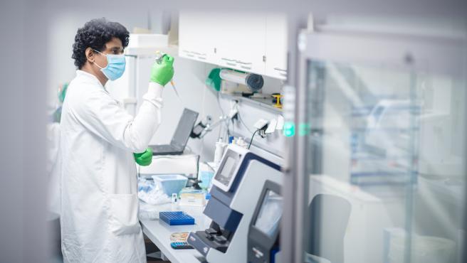 Un técnico de laboratorio de BioNTech, la empresa que desarrolla la vacuna junto a Pfizer.