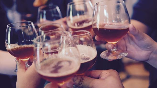 Imagen de archivo de un brindis con alcohol.