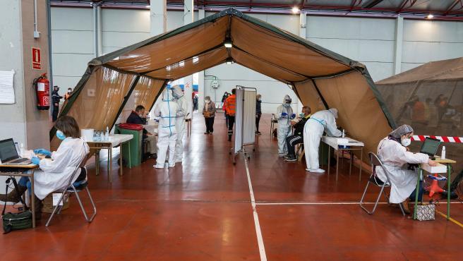 Vecinos de la localidad de Arnada de Duero (Burgos) se someten a tests de antígenos.