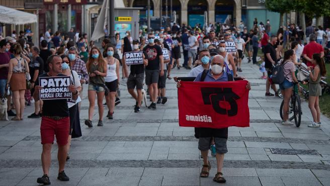 Varias personas protestan en Pamplona a favor de los presos de ETA.