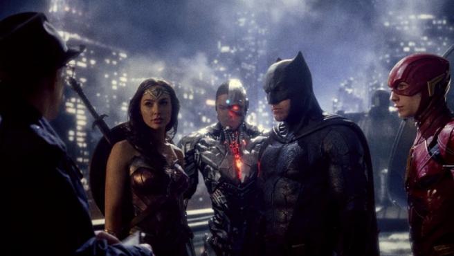 La Liga de la Justicia reunida frente al comisario Gordon (J.K. Simmons)