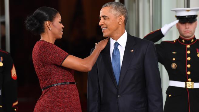 El expresidente de Estados Unidos, Barack Obama, junto a su mujer, Michelle Obama, a las puertas de la Casa Blanca.