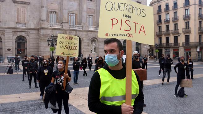 Trabajadores y responsables de escape rooms catalanes protestan este lunes a las puertas del Palau de la Generalitat.