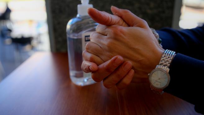 Una persona se desinfecta las manos con gel hidroalcohólico.