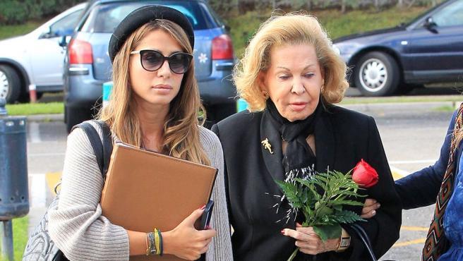 La diseñadora Elena Tablada pasea con su abuela, Elena Moure.