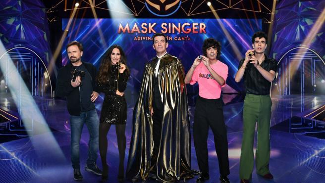 José Mota, Malú y Los Javis, jurado de Mask Singer, flanquean a Arturo Valls, presentador.