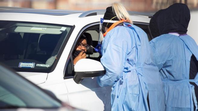 Conductores se someten a pruebas de coronavirus en Washington DC, EE UU.