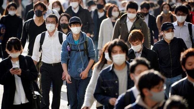 Ciudadanos con mascarillas por la pandemia del coronavirus, en Tokio, Japón.