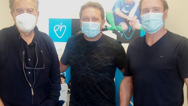 Eusebio Sacristán (en el centro) flanqueado por el también exfutbolista Juan Carlos (dcha) y el representante de Drylock.