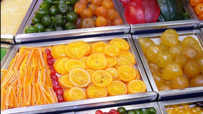 Fruta confitada a la venta en el mercado de La Boquería (Barcelona, España).