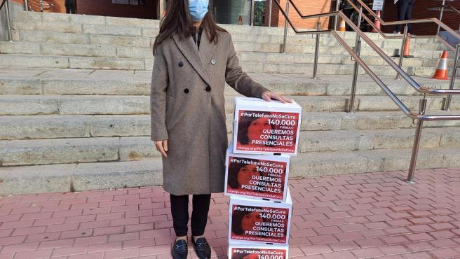 Lydia Sainz-Maza entregando las firmas para la reanudación de la asistencia presencial.