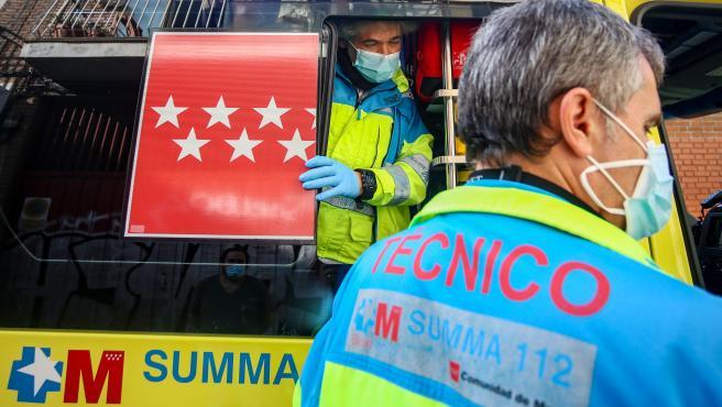 Dos sanitarios del SUMMA 112 trabajan en plena segunda ola del coronavirus, en Madrid.