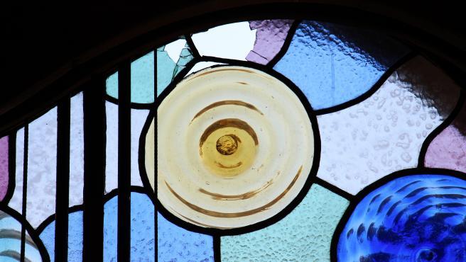 Vidriera de la Casa Batlló con emplomados originales de 1906, recientemente restaurados, rotos tras el ataque con piedras.