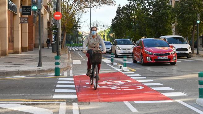El vial ciclista es bidireccional y segregado en la calzada.