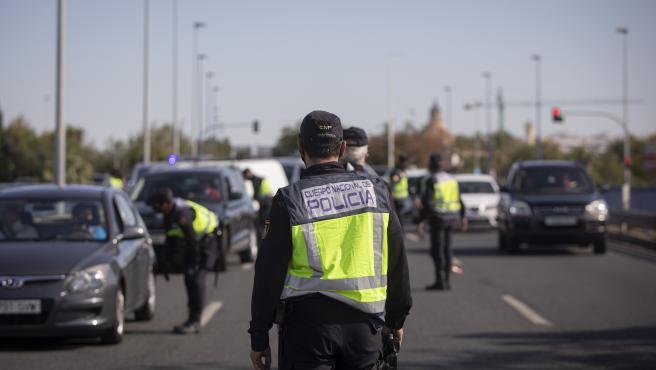 Control de la Policía Local de Sevilla durante el confinamiento.