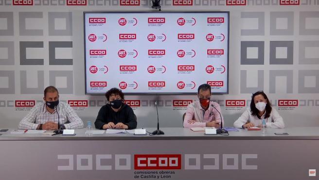Responsables sindicales de UGT y CCOO en la rueda de prensa sobre las condiciones de personal de limpieza de centros sanitarios.