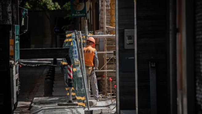 Un operario trabaja en la obra de un edificio durante el día 45 del estado de alarma decretado por el Gobierno por la pandemia del Covid-19, en Barcelona/Catalunya (España) a 28 de abril de 2020.