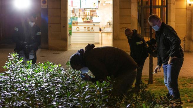 Miembros de Criminalística de los Mossos, en el lugar del tiroteo.
