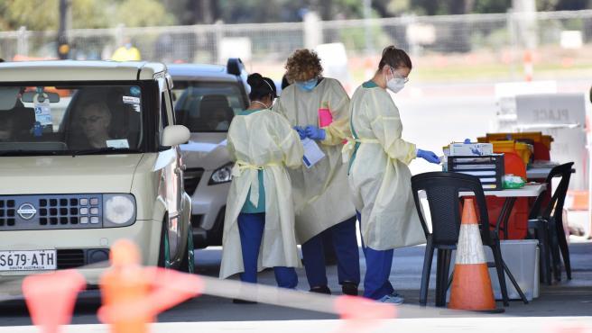 Varios sanitarios realizan pruebas para detectar la Covid-19 en Adelaida (Australia).