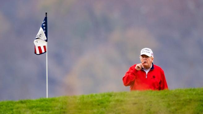 El presidente de Estados Unidos, Donald Trump, jugando este sábado al golf.