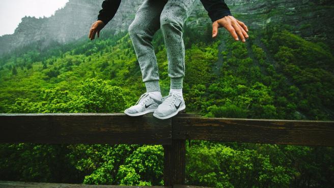 Una persona trata de mantener el equilibrio.