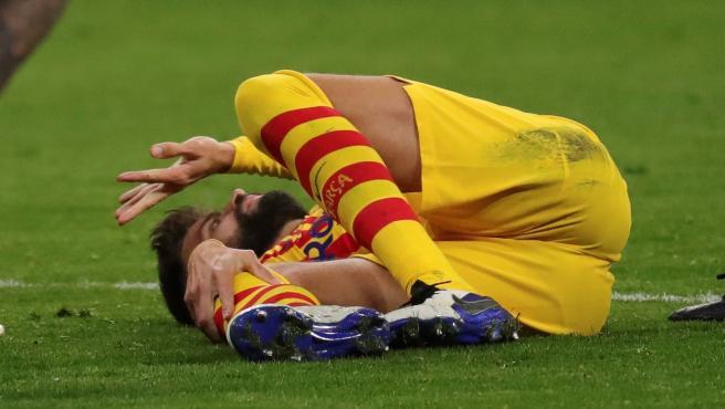 Gerard Piqué, tendido en el césped del Metropolitano doliéndose de su lesión.