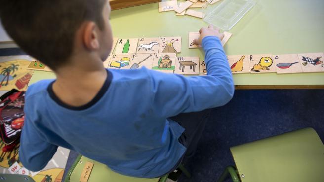 Niño juega en un centro educativo.