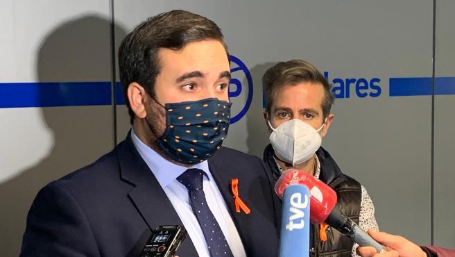 El diputado José Ángel Alonso, junto al representante de la plataforma Más Plurales, Leandro Roldán.
