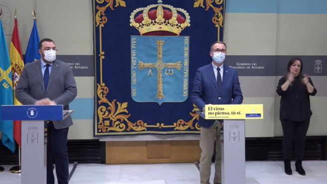El presidente del Principado Adrián Barbón y el consejero de Salud, Pablo Fernández Muñiz.