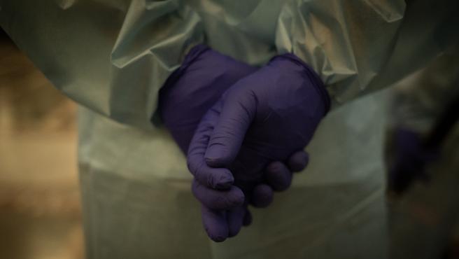 Guantes de una trabajadora sanitaria.