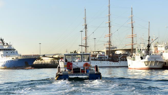"""Salvamento Marítimo reconoce el """"compromiso y esfuerzo"""" de la Autoridad Portuaria de Las Palmas en la limpieza del mar"""