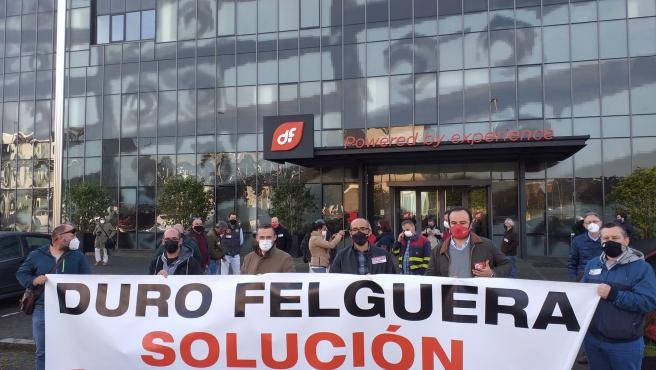 Protesta de UGT y CCOO frente a la sede de Duro Felguera, en Gijón