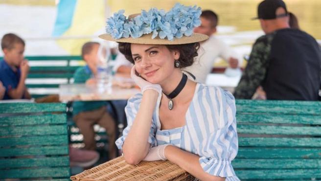 Una joven se viste como si viviese en el siglo XIX.