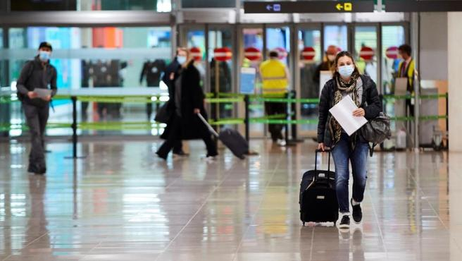Una viajera a su llegada al aeropuerto de El Prat de Barcelona este lunes cuando los viajeros que lleguen a España deberán presentar desde hoy una prueba PCR negativa realizada 72 horas antes para poder entrar en el país.