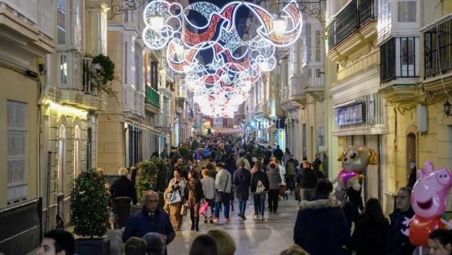 Cádiz.- El Ayuntamiento inicia los trabajos para la colocación del alumbrado extraordinario de Navidad