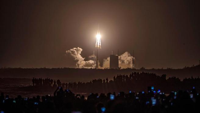 Momento del lanzamiento del cohete portador Larga Marcha-5 desde el centro espacial de Wenchang, en la provincia china de Hainan.