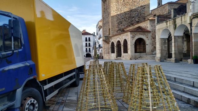 Montaje de la gran estrella en 3D que se instalará en la Plaza Mayor de Cáceres como protagonista de la iluminación navideña, que se adelanta a este viernes 27 de noviembre
