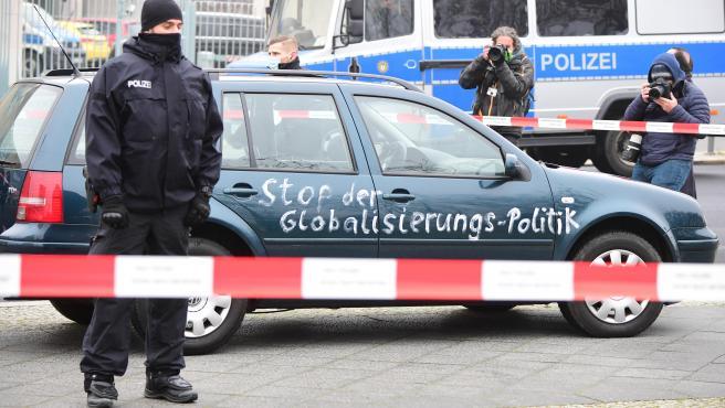 Un automóvil en el que habían escrito en las puertas un mensaje contra la globalización se ha empotrado contra la puerta de la oficina de la canciller alemana Angela Merkelen Berlín este miércoles, según dijo un testigo a la agencia Reuters.