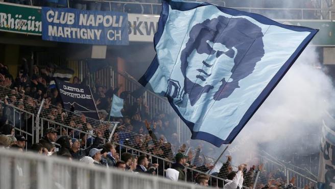 Aficionados del Nápoles despliegan una bandera de Maradona.