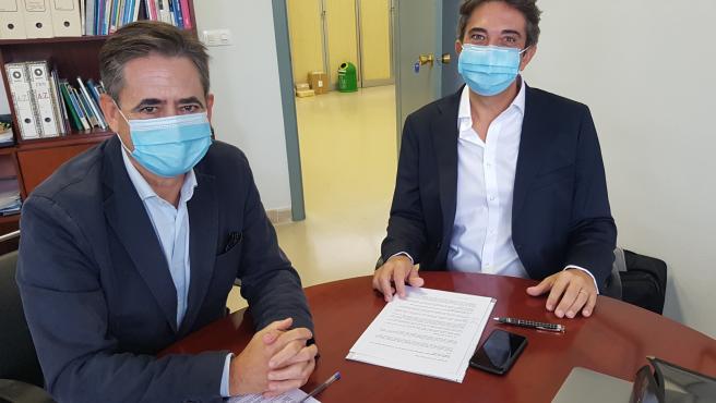 Álvaro Simón de Blas, director general de BIC Euronova, y Jerome Barres, socio fundador de Europresencia, durante la firma del contrato de instalación en BIC Euronova