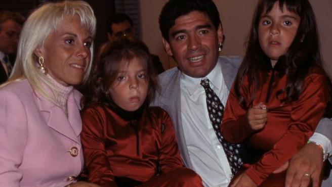 Claudia Villafañe y Diego Armando Maradona posan con sus hijas.