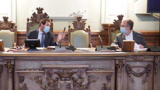 El alcalde de Valladolid, Óscar Puente, junto a Manuel Saravia, en la Junta de Gobierno municipal.