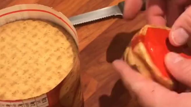 El truco del padre para sellar un paquete de galletas.
