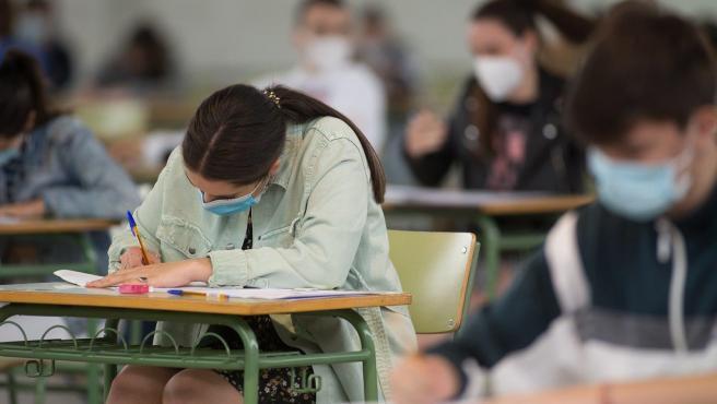 Estudiantes de bachillerato realizan los exámenes de Selectividad en Viveiro (Lugo)