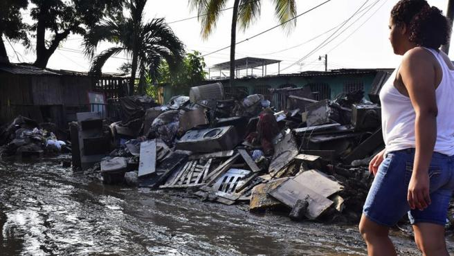 Vecinos de la colonia Nuevo San Juan en La Lima, Honduras, regresan a sus casas para comenzar la limpieza de los desastres que dejó a su paso el huracán Iota.