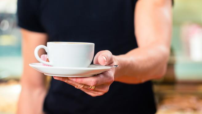 Imagen de recurso de un camarero sirviendo un café.