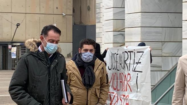 José Antonio Ortiz Cambray, a la izquierda, a su llegada a los juzgados de Lleida, acompañado de un testigo