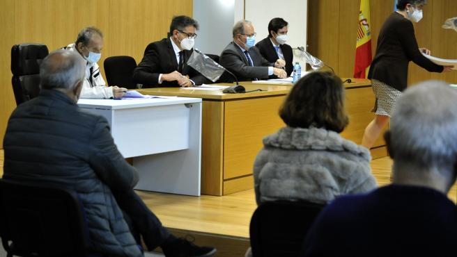 """JUICIO PENAL 2 DE OURENSE: MESA DE ABOGADOS EN EL JUICIO DURANTE LAS CUESTIONES PREVIAS. DE ESPALDA, MANUEL """"PACHI"""" VÁZQUEZ (EXSECRETARIO GENERAL DEL PSDEG-PSOE, EXALCALDE PSOE DE O CARBALLIÑO, EXCONCEJAL PSOE DE O CARBALLIÑO, ACTUALMEN"""