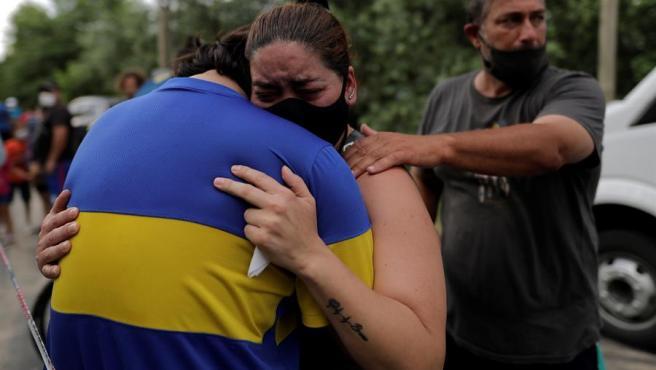 Aficionados lamentan la muerte Diego Armando Maradona junto a su residencia en Tigre, a unos 38 km de Buenos Aires (Argentina).